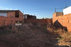 Terreno todo murado - Primeira rua do Parque Ipanema